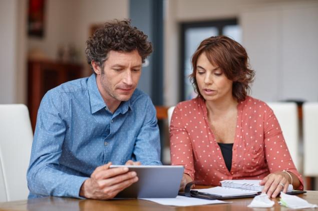 casais-incompativeis-financeiramente-brigam-por-dinheiro