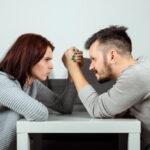 E quando passa a ser cada um por si? Os perigos de um casamento competitivo…